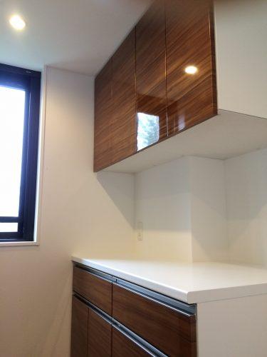 変形壁があっても収納力抜群のオーダー食器棚|施工事例|東京都調布市|マンション
