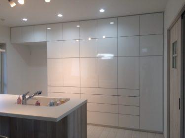 おしゃれな白色鏡面塗装の壁面タイプ食器棚|施工事例|栃木県小山市|戸建て