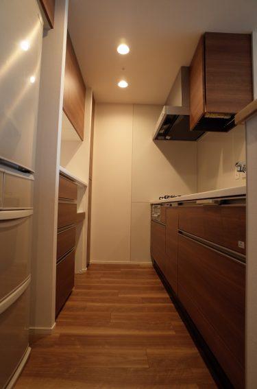 使いやすさだけじゃない!食器棚はハイカウンター式で収納力もアップできる!
